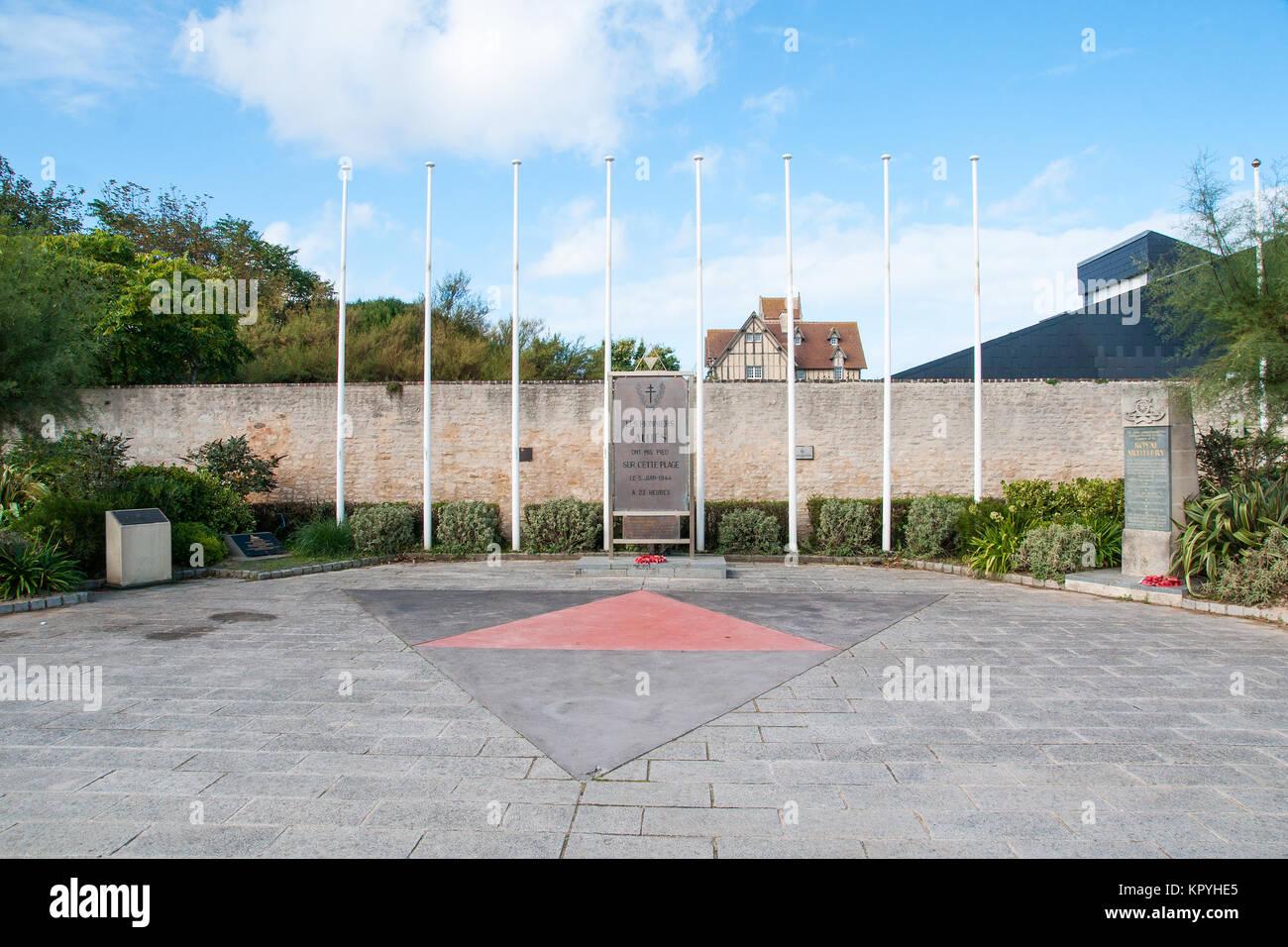 Memorial Plaza in Hermanville-sur-Mer, am D-Day vom 6. Juni 1944 befreit. Mit Abzeichen der Britischen 3. Division Stockbild