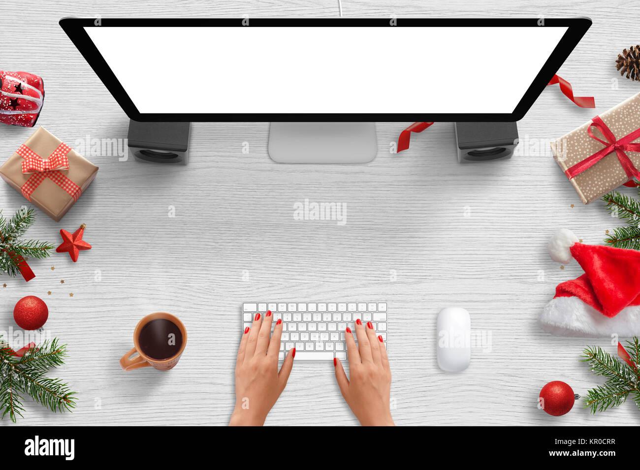 Frau Arbeit auf Computer mit isolierten Bildschirm für mockup ...