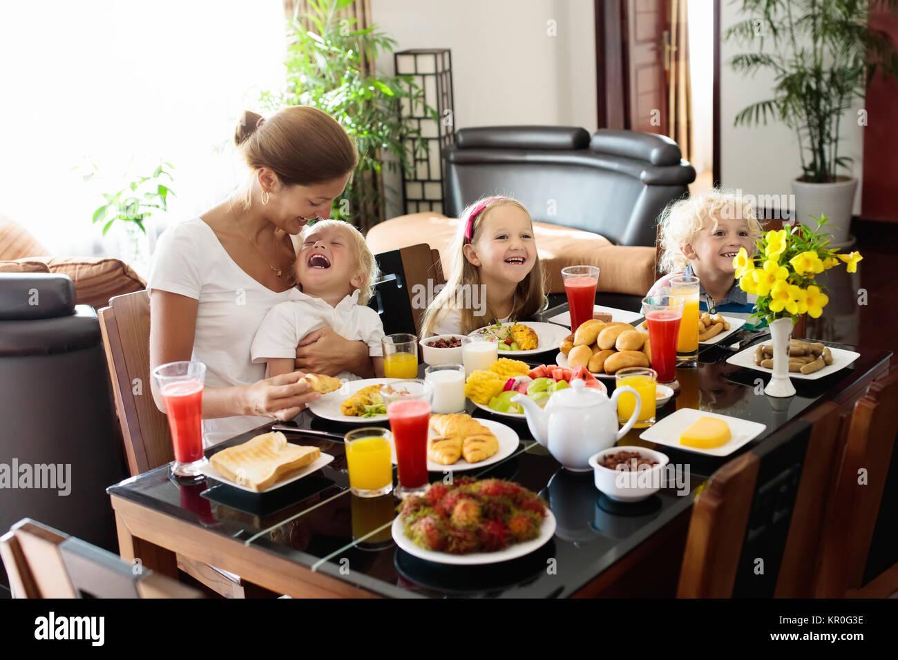 gesunde familie fr hst ck zu hause mutter und kinder essen tropische obst toast brot k se. Black Bedroom Furniture Sets. Home Design Ideas