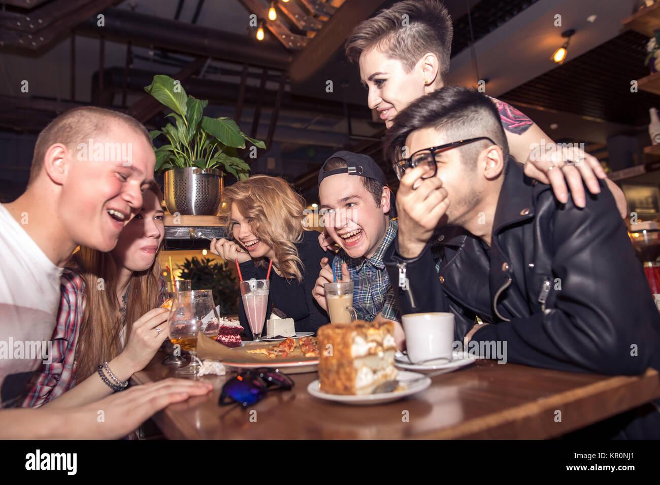 Unterschiedlichste Menschen hängen Pub Freundschaft Stockbild