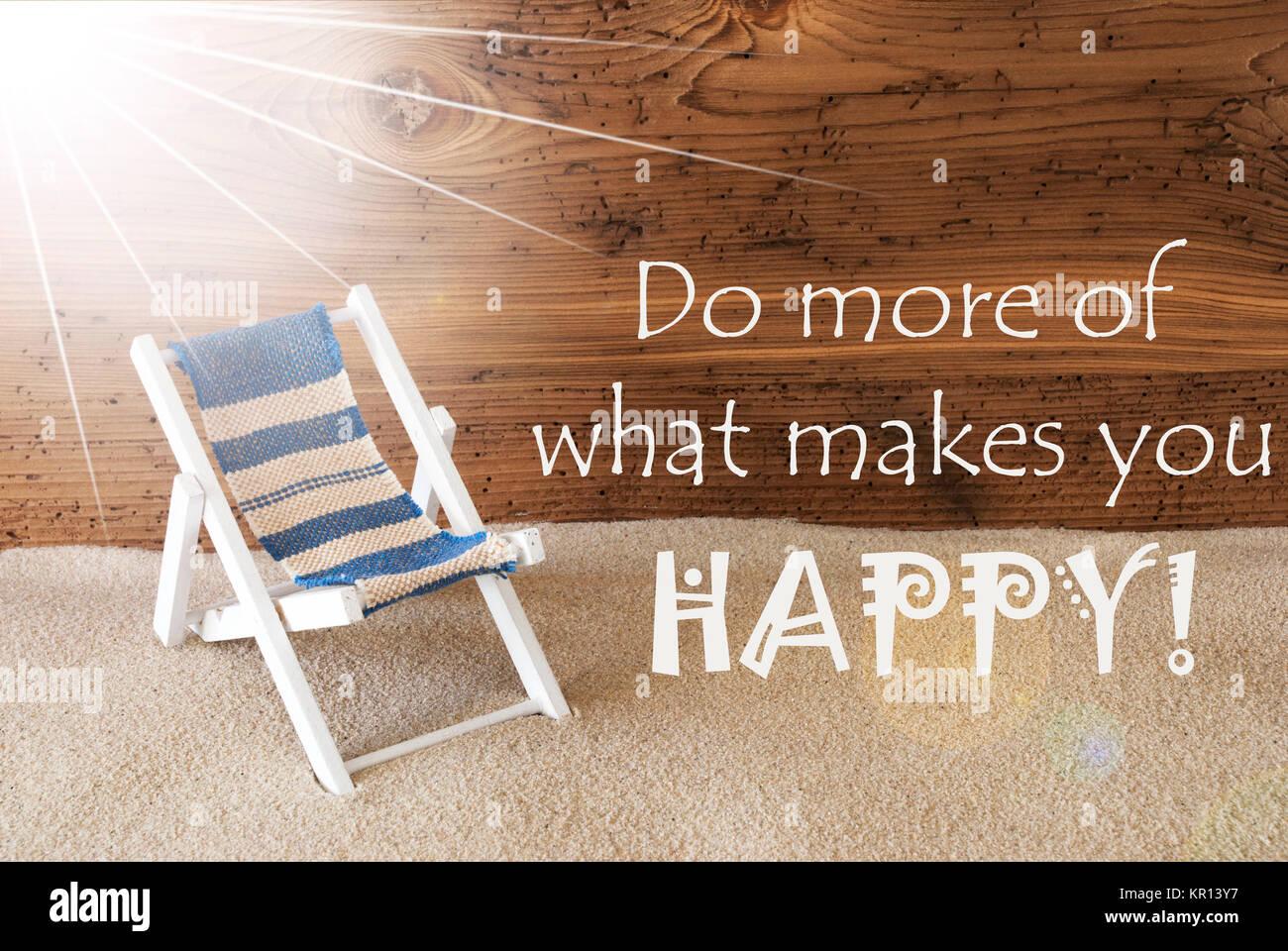 Sonnigen Sommer Gruskarte Mit Sand Und Alter Holz Hintergrund Englisch Zitat Mehr Tun Was Sie Glucklich Macht Liegestuhl Fur Den Urlaub Oder Ferien