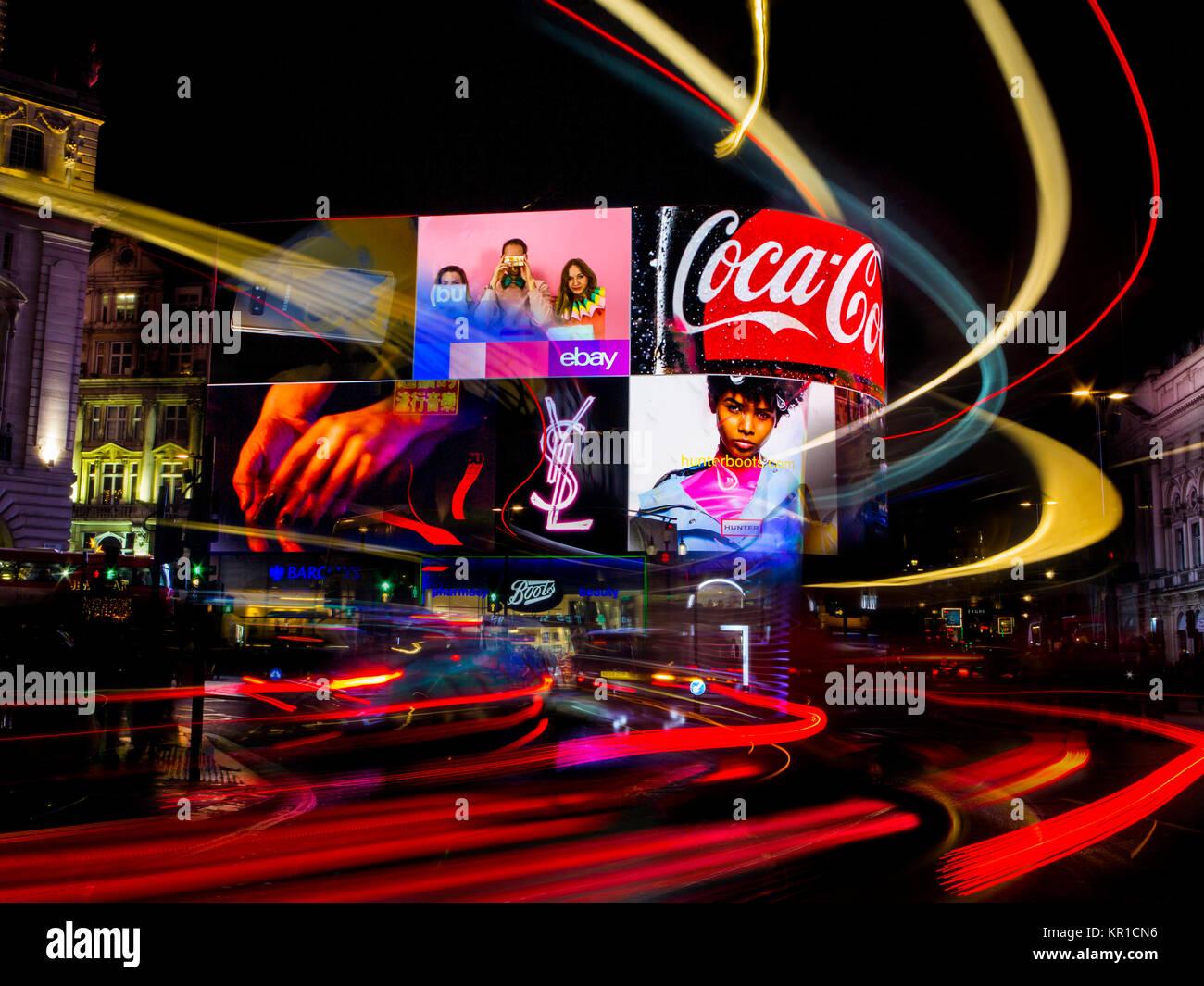 Wild Lichter auf die ständig überfüllten Piccadilly Circus mit dem Auto Lichter und Werbetafeln Beleuchtung Stockbild