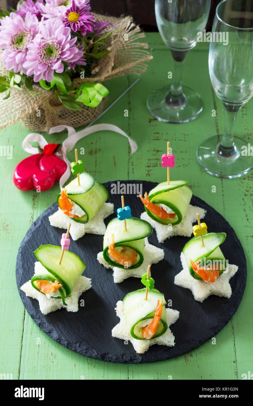 Mit weißem Brot, Gurke, Ricotta und Royal Garnelen auf einem festlich gedeckten Tisch Canape. Valentinstag Stockbild
