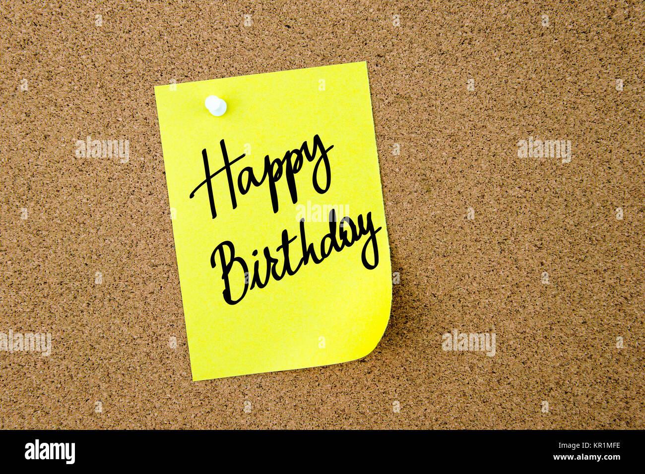 Happy Birthday auf gelbes Papier Hinweis geschrieben Stockbild