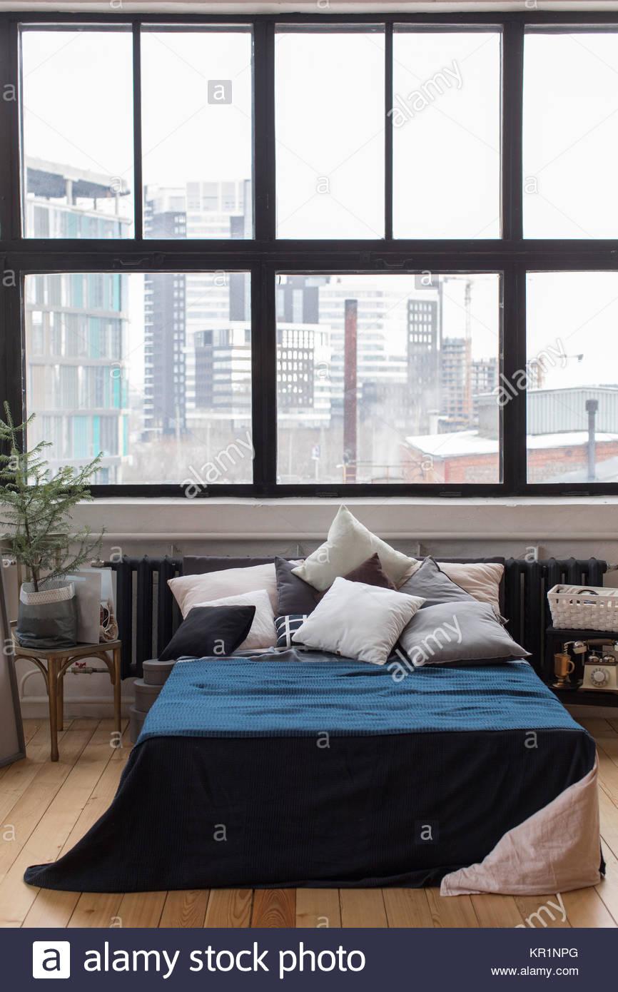 Schlafzimmer Design, Bett mit einer blauen Decke, mit vielen Kissen ...