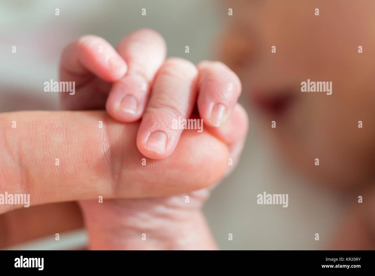 Baby-Holding Mutters Finger Stockbild