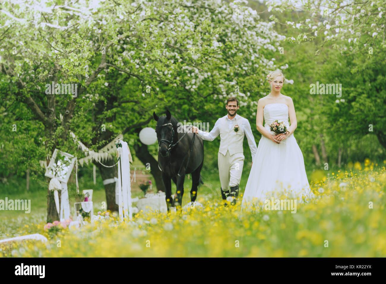 Die Braut Im Weissen Brautkleid Stehen Draussen In Einer Bluhenden