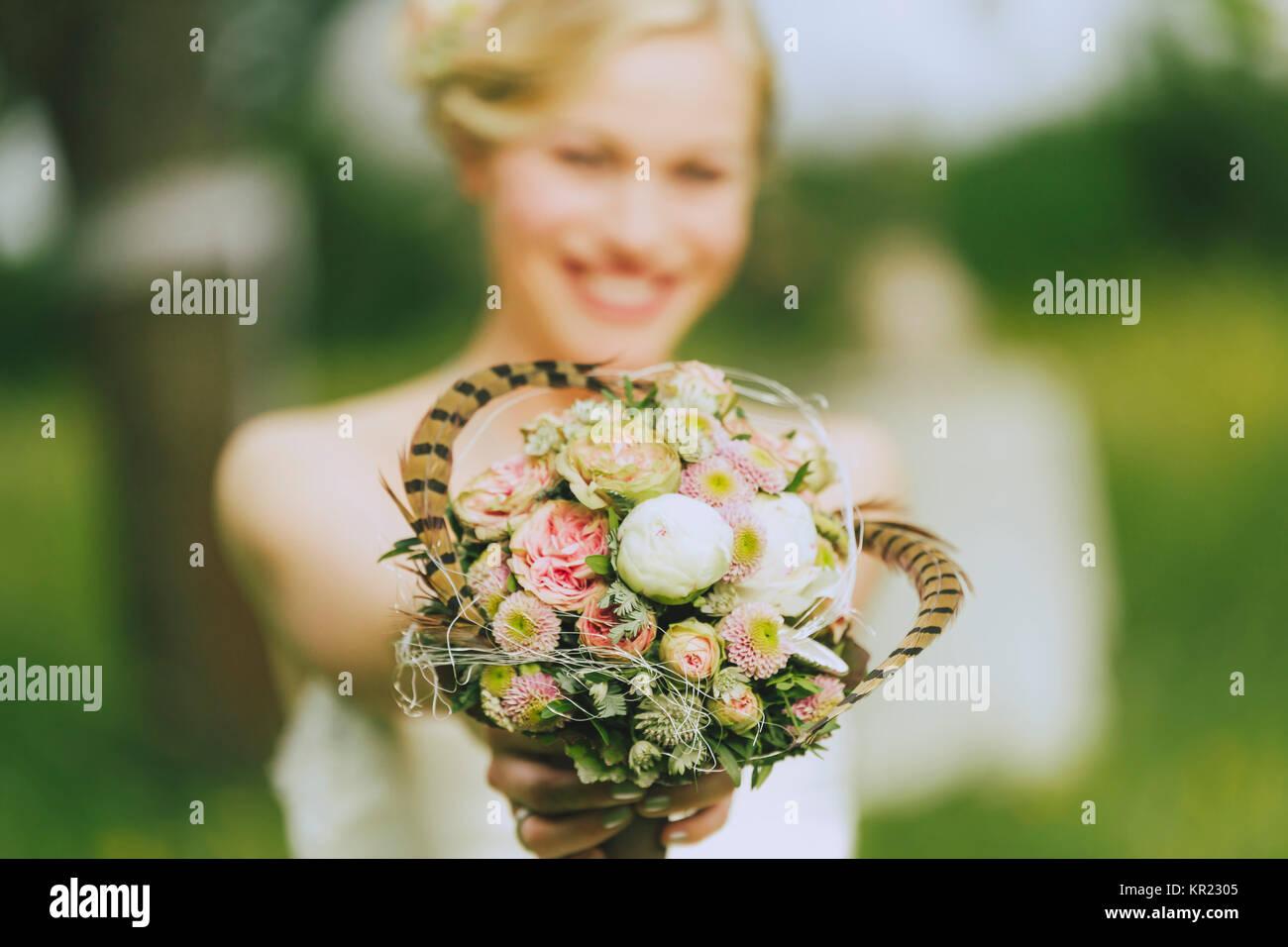 Braut Im Weissen Brautkleid Und Brautigam Ausserhalb In Der