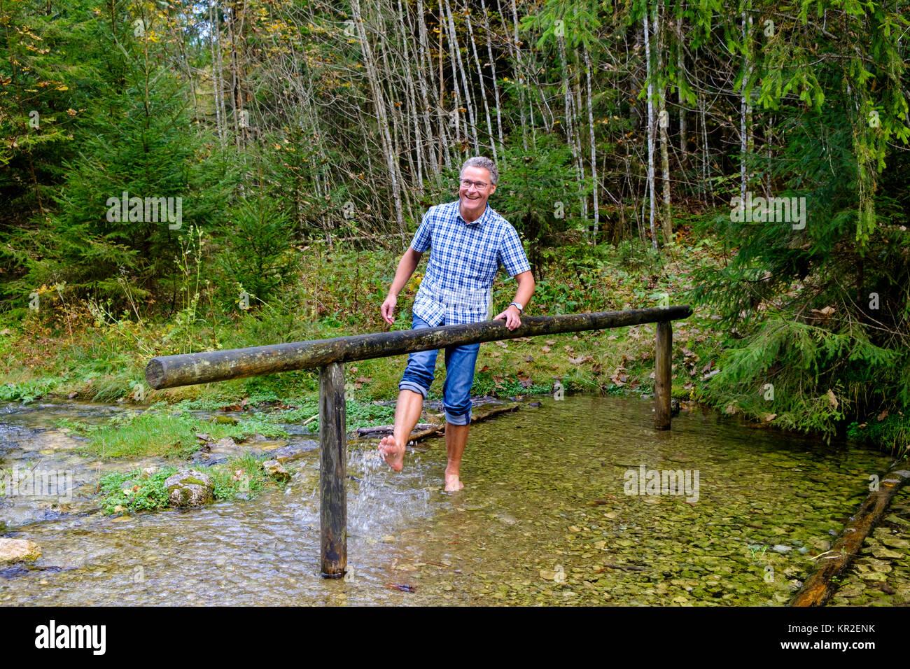 Kneipp Mann, barfuß im Wasser Kneipp Kur im Schmelzerbach, Inzell, Chiemgau, Oberbayern, Bayern, Deutschland Stockbild
