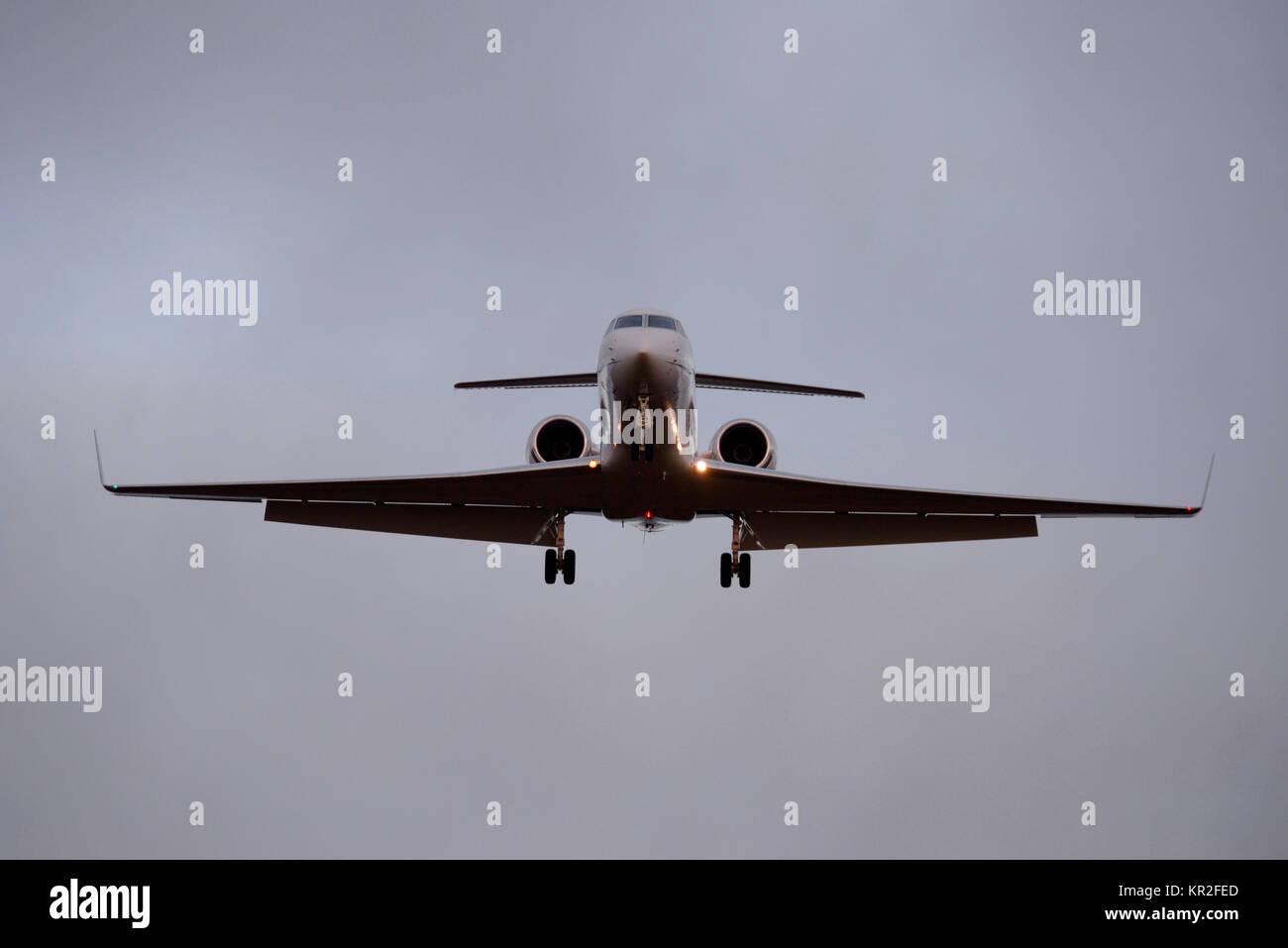Gulfstream V GV Flugzeug Landung am Flughafen London Stansted bei Dämmerung. Platz für Kopie Stockbild
