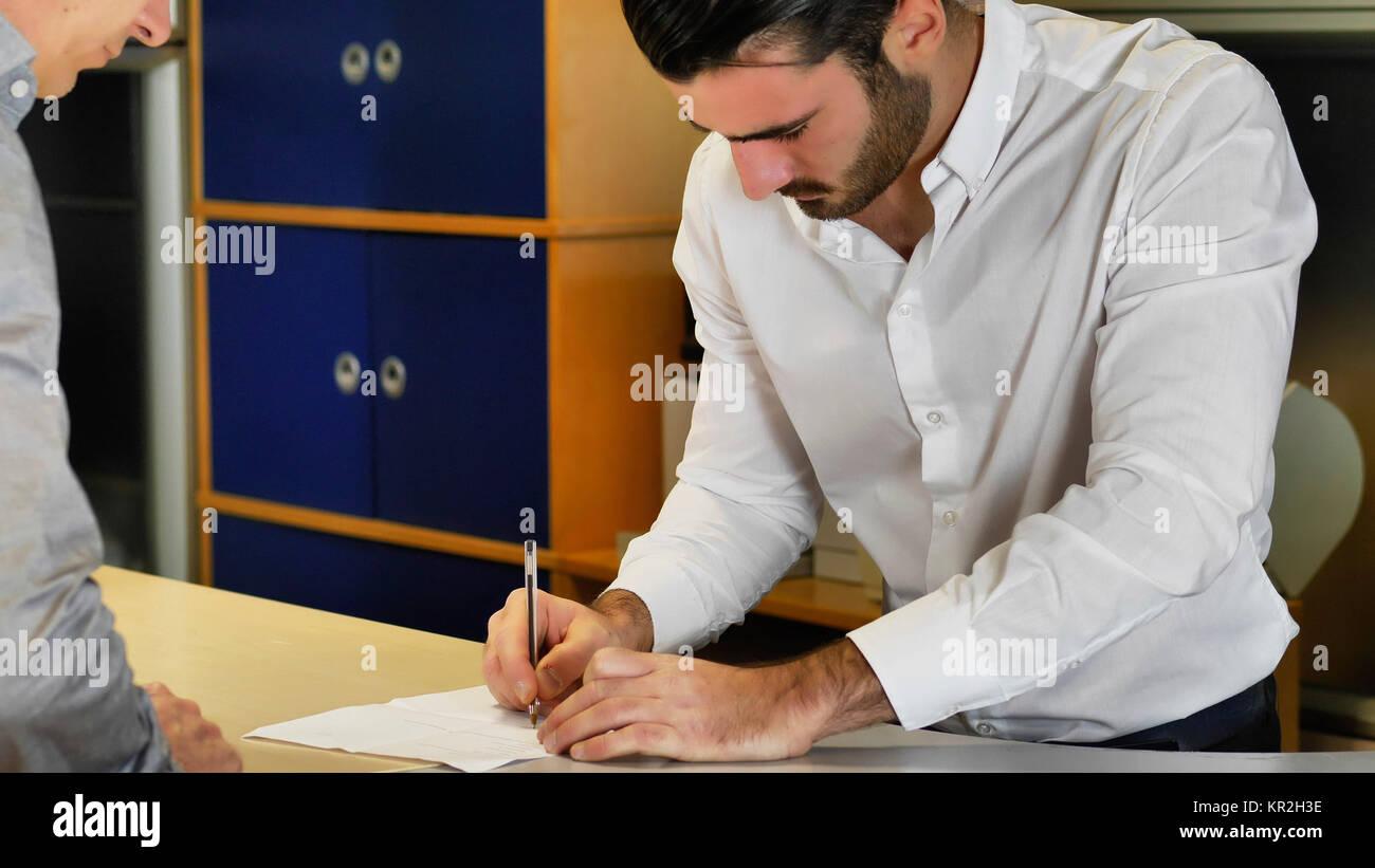 Unternehmer unterzeichnen Vertrag oder Dokument Stockbild