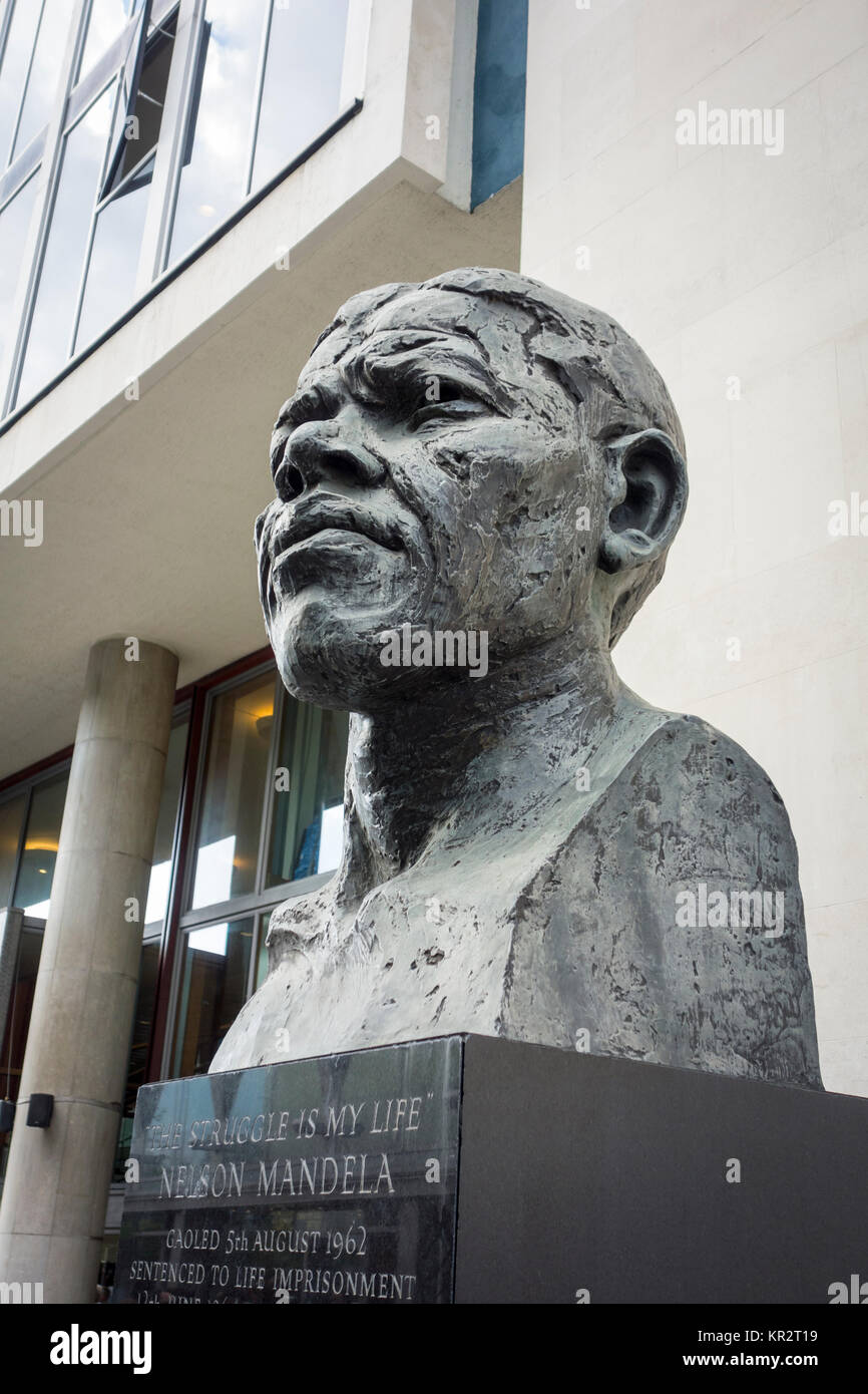 """""""Der Kampf ist mein Leben"""" Büste von Nelson Mandela von Bildhauer Ian Walters, London South Bank, Stockbild"""