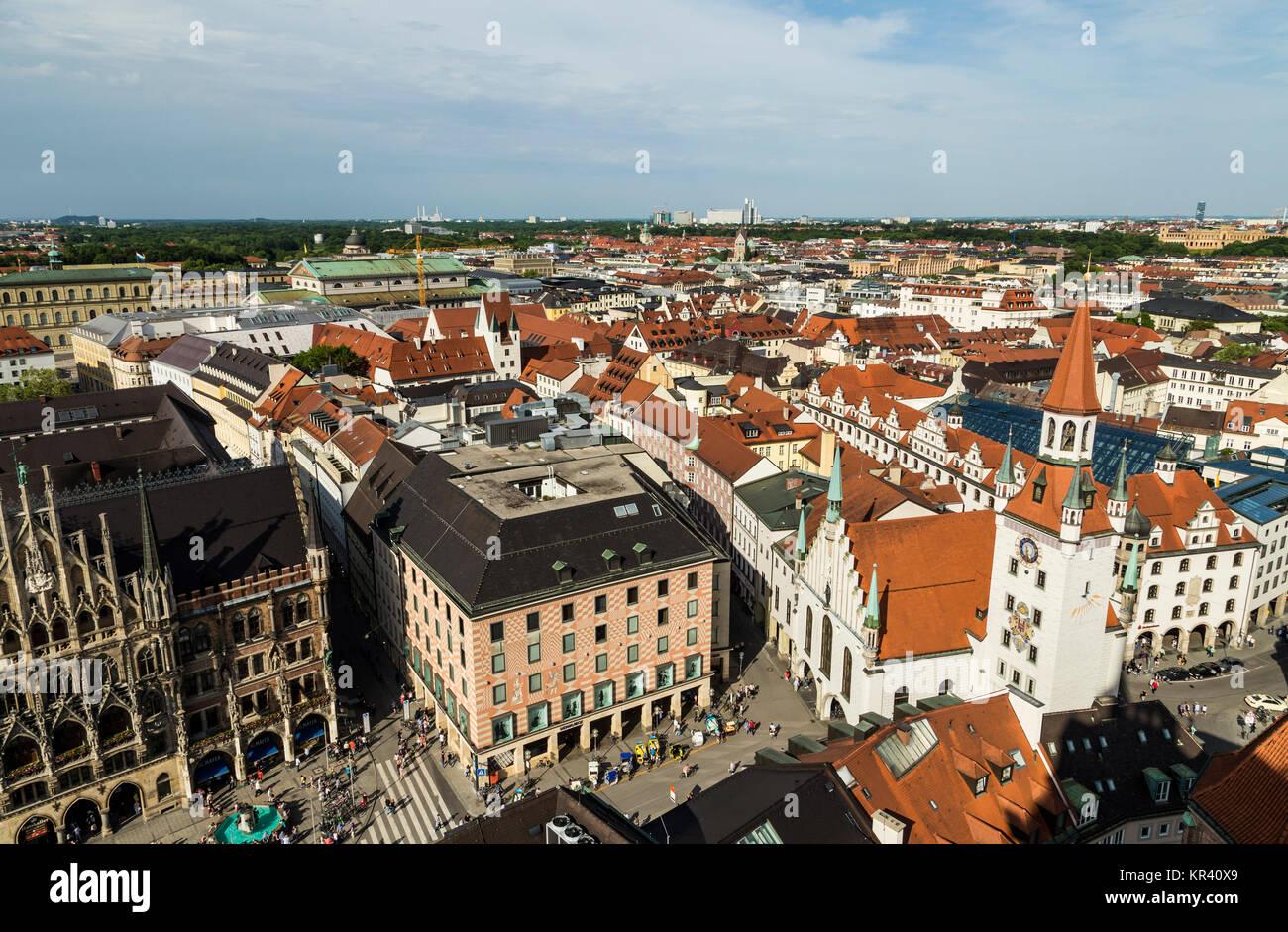 Schöne super Weitwinkel- sonnige Luftaufnahme von München, Bayern, Bayern, Deutschland mit Skyline und die Landschaft ausserhalb der Stadt, von der Aussichtsplattform der St. Peter Kirche gesehen Stockfoto
