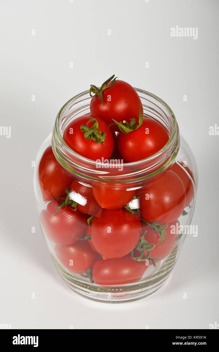 cherry tomaten in glas glas ber wei stockfoto bild 169140207 alamy. Black Bedroom Furniture Sets. Home Design Ideas