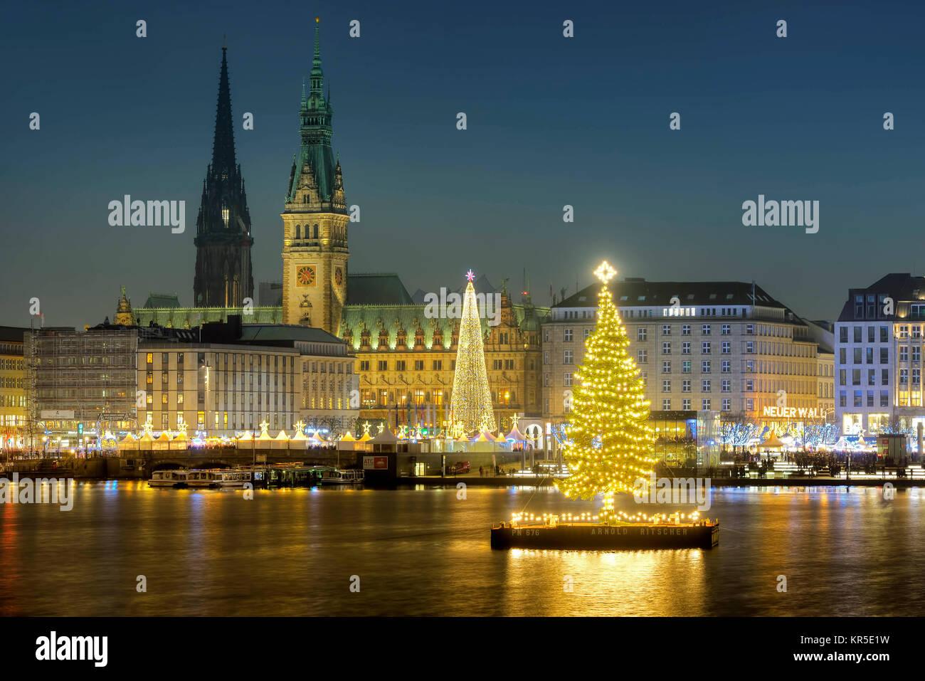 alster tanne auf die weihnachtszeit an der binnenalster in hamburg deutschland europa. Black Bedroom Furniture Sets. Home Design Ideas