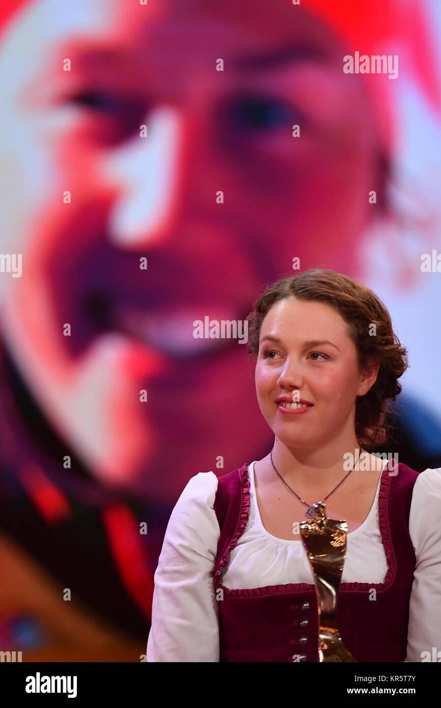 """Biathletin Laura Dahlmeier steht auf der Bühne bei der Wahl zum """"Sportler des Jahres"""" im Kurhaus Stockbild"""