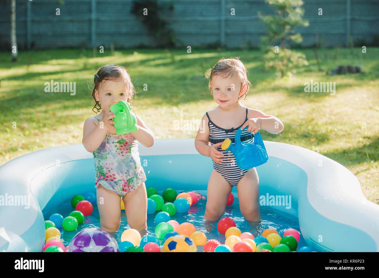 Die beiden baby wenig mädchen spielen mit spielzeug in