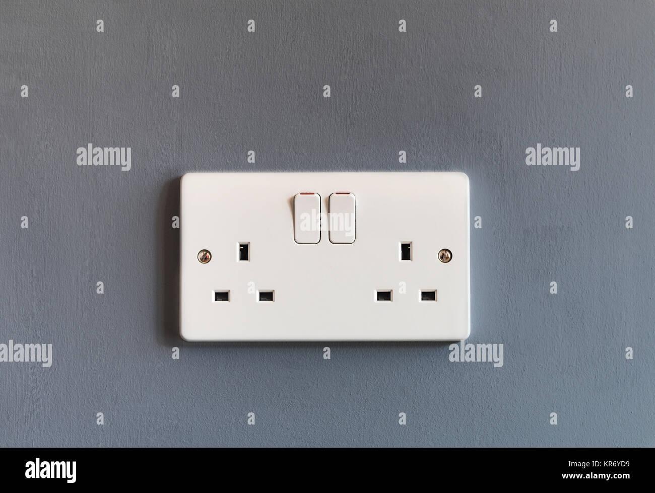 Inlandsflüge Großbritannien 3 pin Stecker mit der Steckdose aus weißem Kunststoff auf einer grauen Stockbild