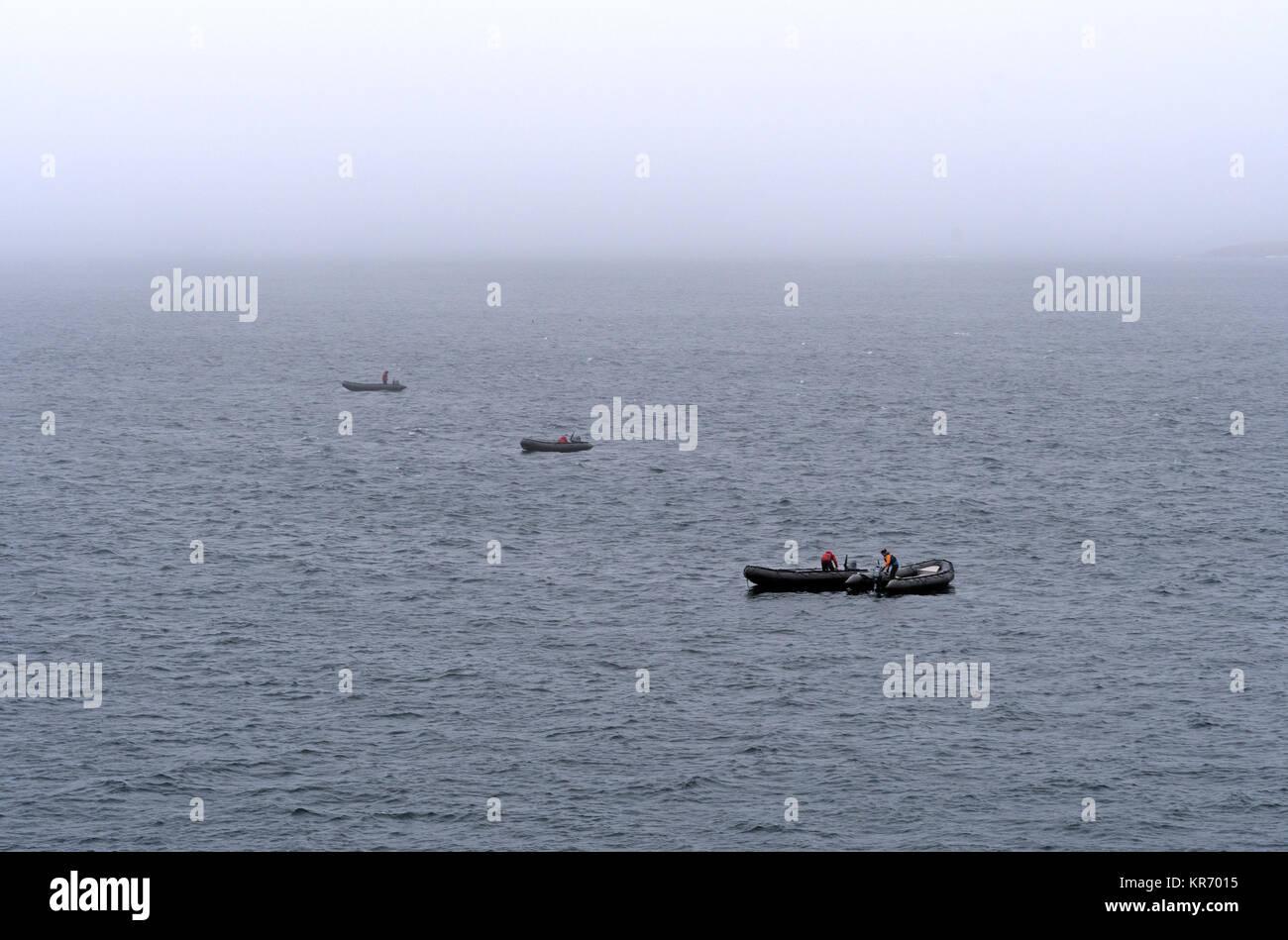 Das Boote im Nebel in der Nähe der unteren Savage Islands in der Nähe von Baffin Island in Nunavut Stockbild