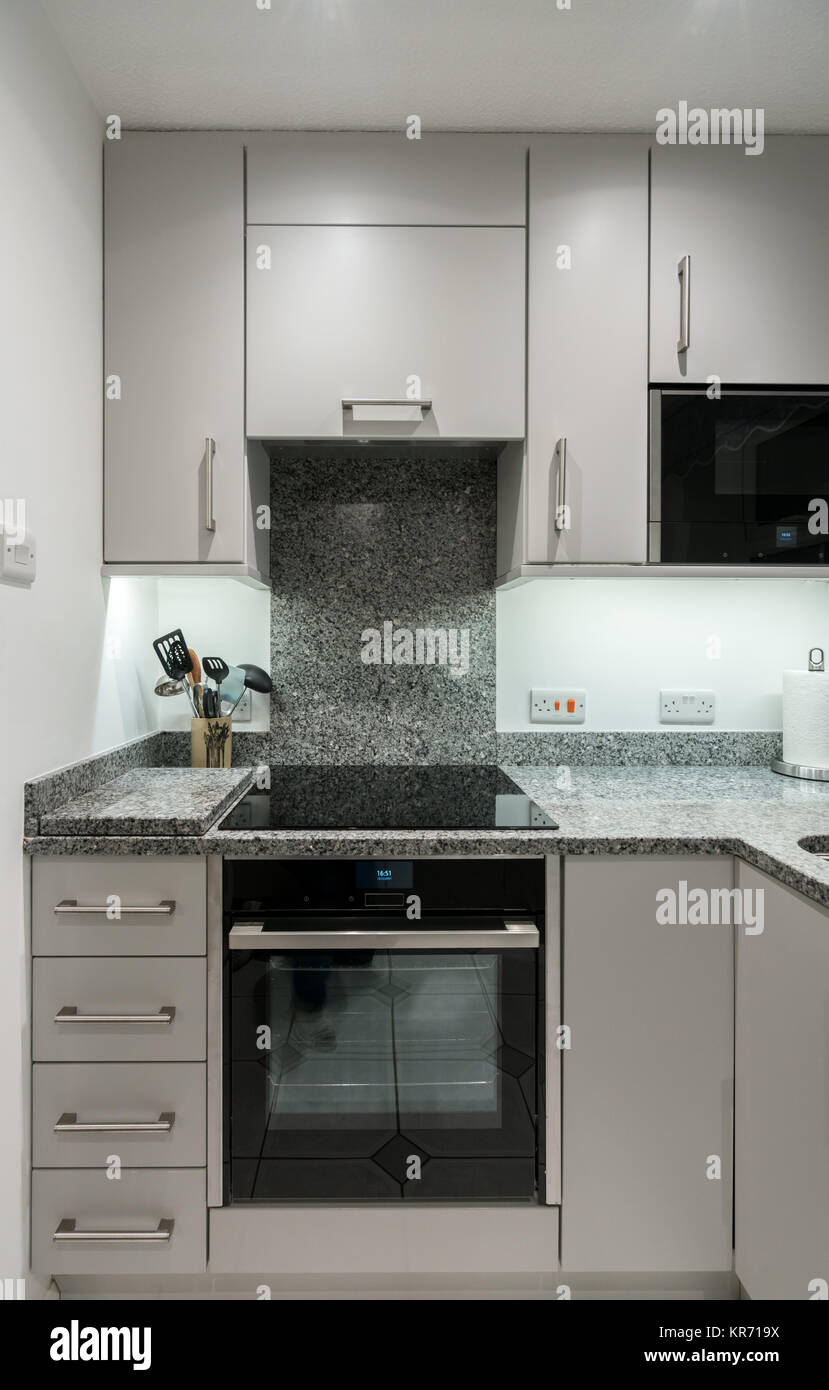 Kleine, moderne Küche im Apartment mit Arbeitsplatte aus ...
