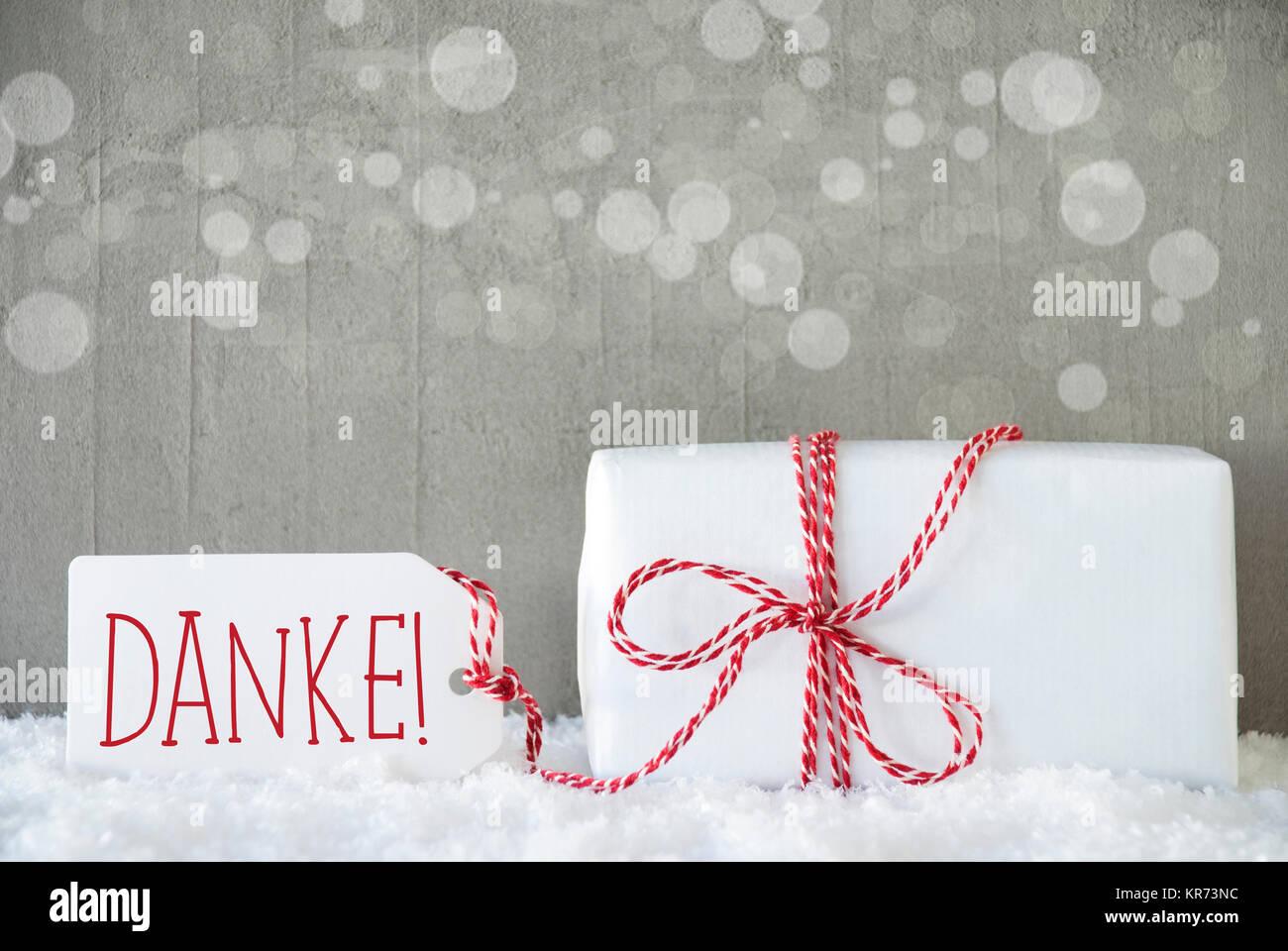 Ein Weihnachtsgeschenk oder auf Schnee. Zement Wand als Hintergrund ...