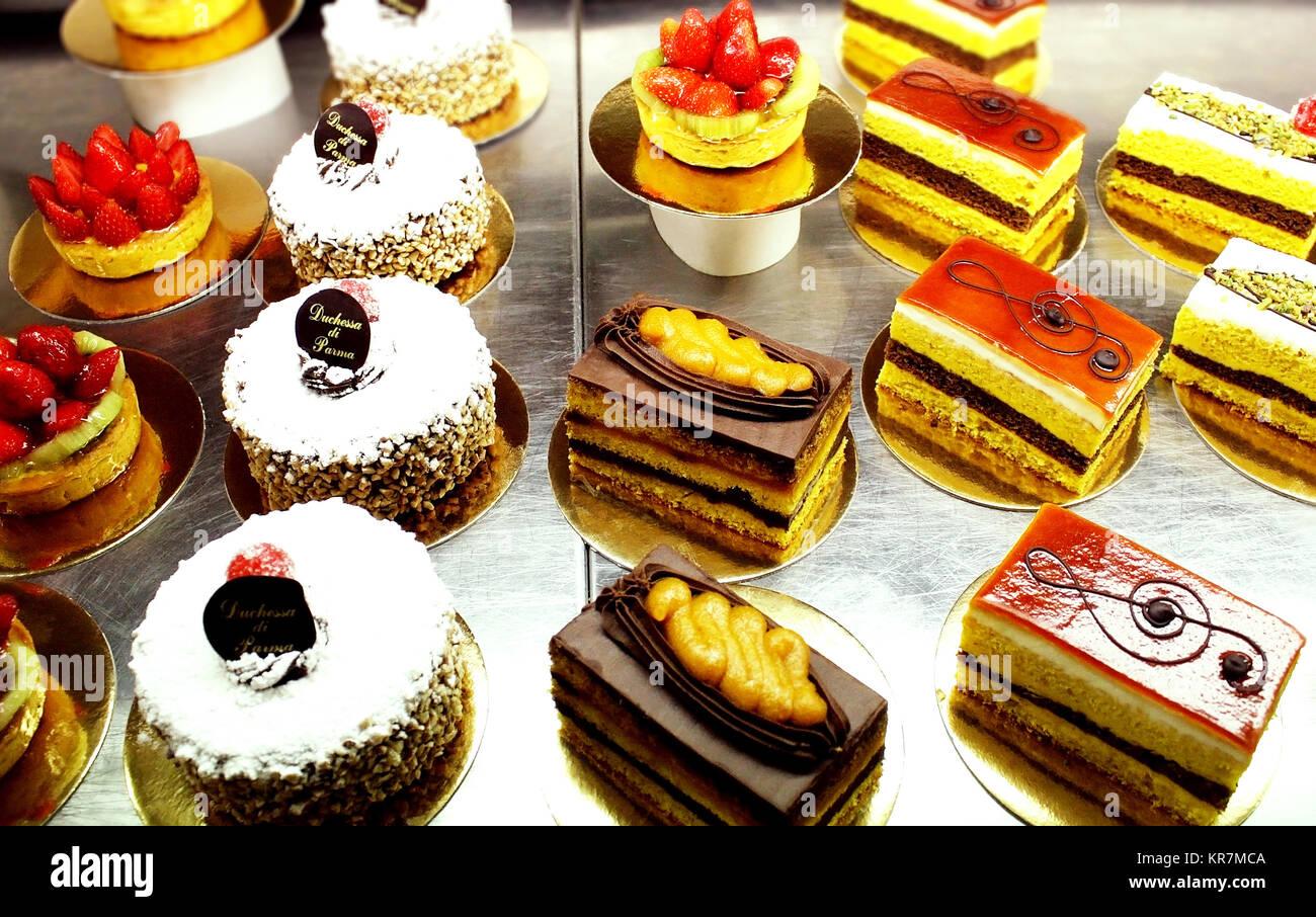 Eine Vielzahl von Italienischen dekoriert Gebäck, Kuchen und Scheiben von Kuchen Stockbild