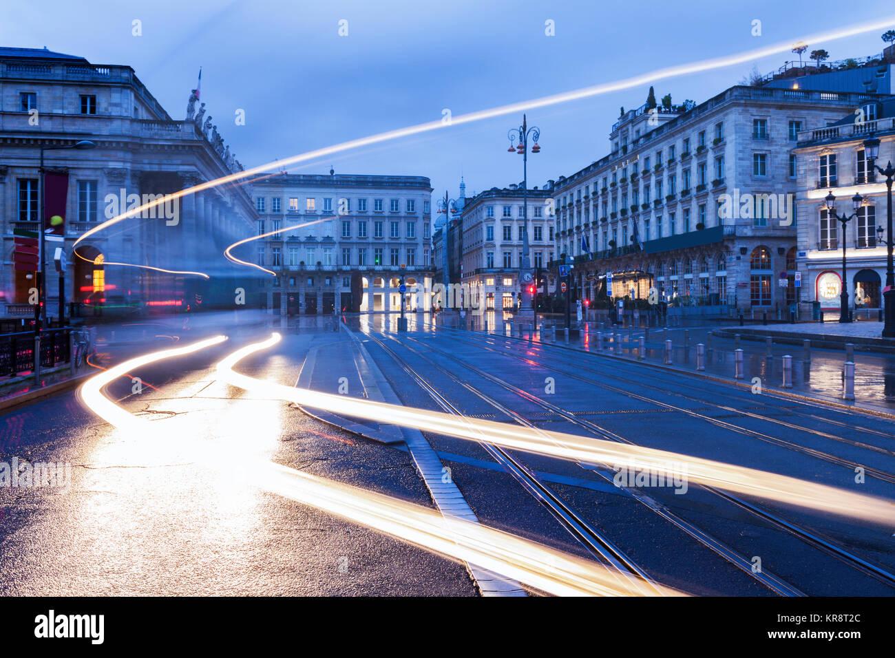 Frankreich, Nouvelle-Aquitaine, Bordeaux, Straße der Stadt in der Dämmerung Stockbild