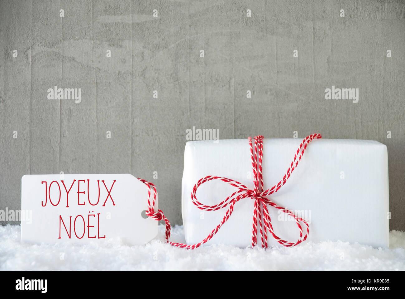 Ein Weihnachtsgeschenk oder auf Schnee. Zement oder Beton Wand als ...