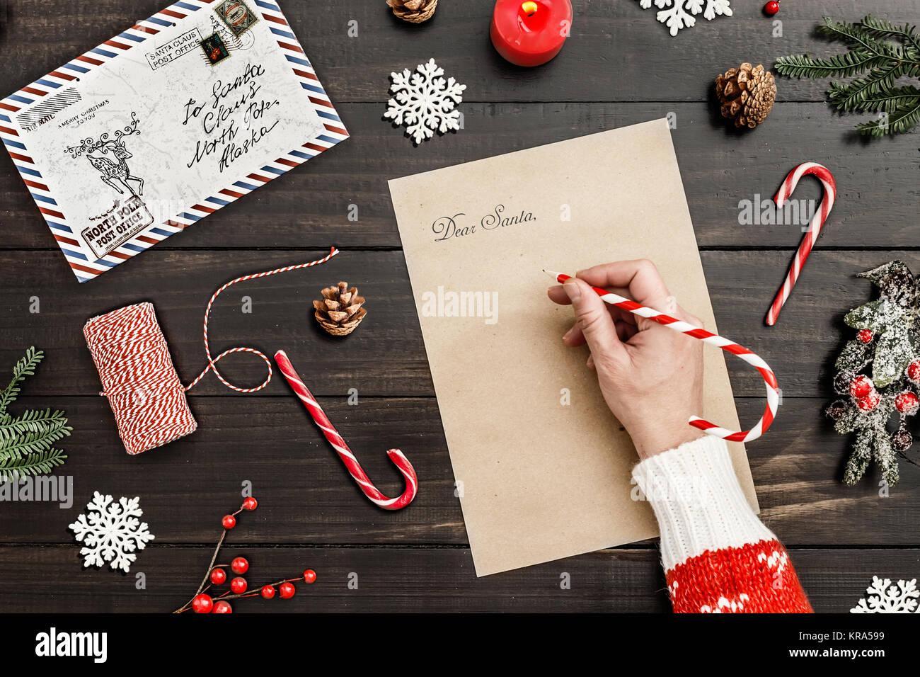 Schreiben Sie Einen Brief An Santa Auf Einem Hölzernen Tisch