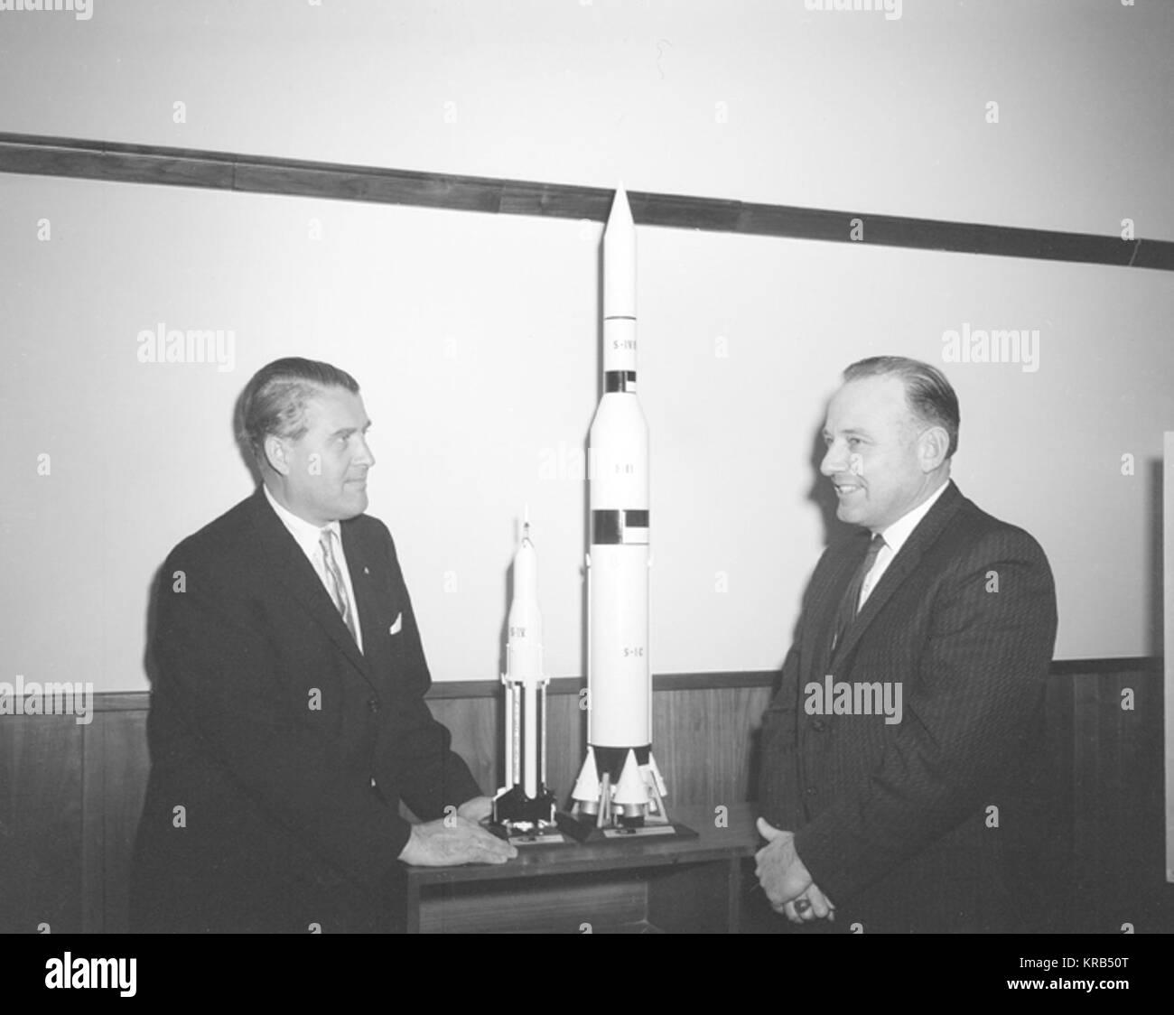 Die MITGLIEDER DES AUSSCHUSSES FÜR WISSENSCHAFT UND RAUMFAHRT BESUCHT DAS Marshall Space Flight Center (LINKS) AM 9. MÄRZ 1962 ZU SAMMELN, INFORMATIONEN AUS ERSTER HAND VON DER NATION SPACE EXPLORATION PROGRAMM. Die Gruppe SETZTE SICH AUS MITGLIEDERN DES UNTERAUSSCHUSSES der bemannten Raumfahrt. Die SUBCOMITTEE WURDE ÜBER DIE LINKS der bemannten Raumfahrt BEMÜHUNGEN FRÜH AM TAG UND DANN INSPIZIERT MOCKUPS DER SATURN I WORKSHOP UND DIE APOLLO TELESKOPMONTIERUNG, TW PROJEKTE ENTWICKELT, DIE VON LINKS FÜR DIE POST - APOLLO PROGRAMM. Auf diesem Foto, links Direktor, Dr. Wernher von Braun und JO WAGONER, demokratischen Stockfoto