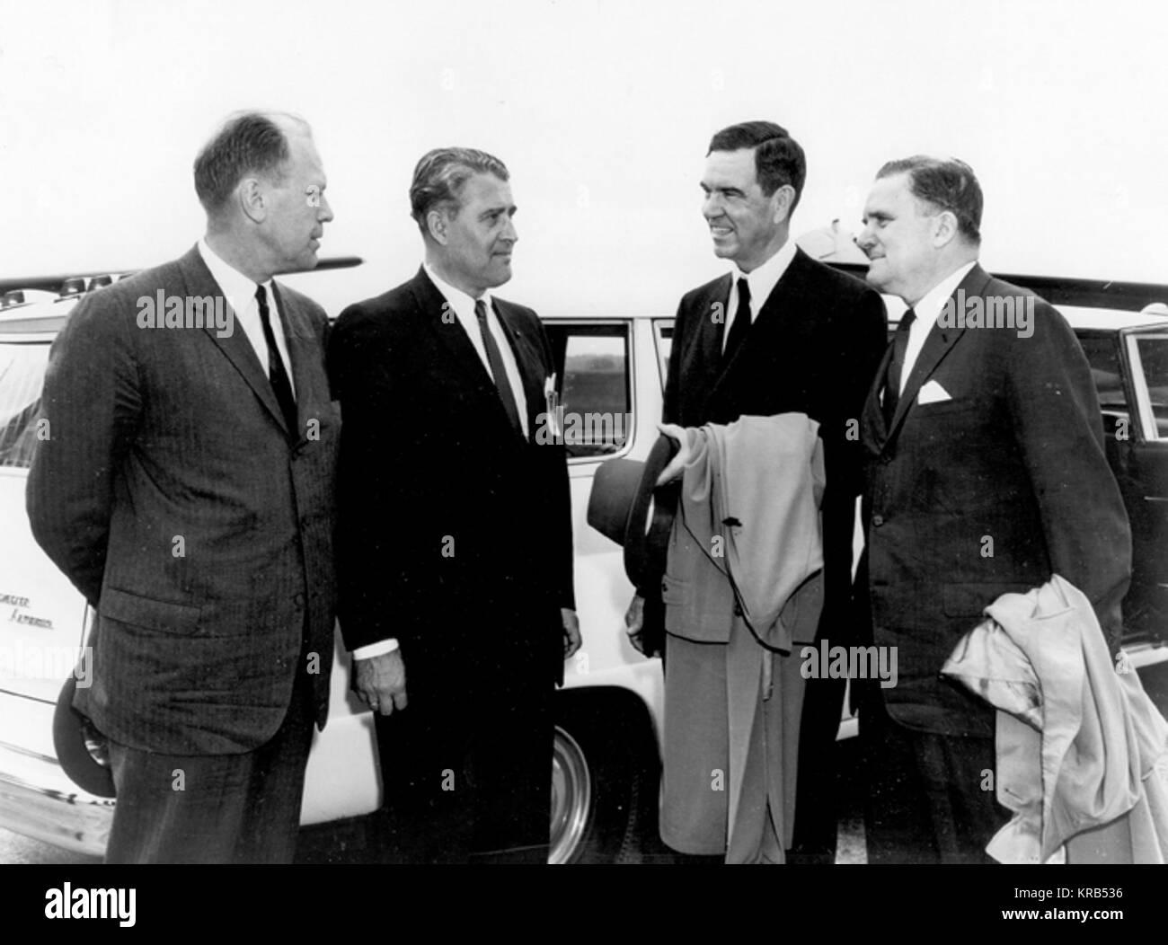 """Zwei US-Kongressabgeordnete, begleitet von NASA-Administrator James Edwin Webb, besuchte das Marshall Space Flight Center (LINKS) April 28, 1964, für eine BRFIEFING AUF DEM SATURN PROGRAMM UND EINE TOUR DURCH DIE EINRICHTUNGEN. Sie sind (von links nach rechts) KONGRESSABGEORDNETER GERALD FORD, jr., republikanische VERTRETER VON MICHIGAN; DR. WERNHER VON BRAUN, LINKS, Direktor; KONGRESSABGEORDNETEN GEORGE MAHON, demokratische Vertreter von Texas; UND HERR WEBB. DR. ROBERT SEAMANS, ADMINISTRATOR ASSOCIATE, WAR AUCH IN DER GRUPPE."""" VonBraunFordMahon Stockfoto"""