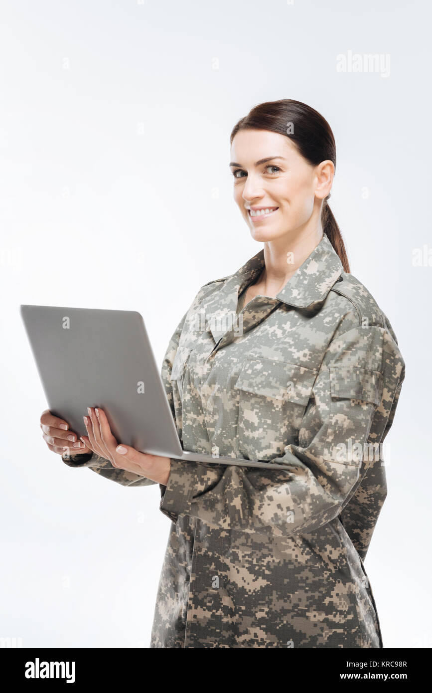 Brunette Soldatin mit Laptop Stockbild