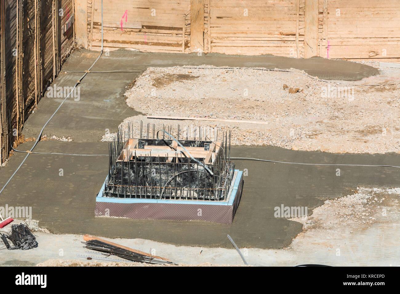 Fundamentbau Aus Stahl Und Beton Für Die Errichtung Eines  Mehrfamilienhauses Mit Tiefgarage. Stockbild
