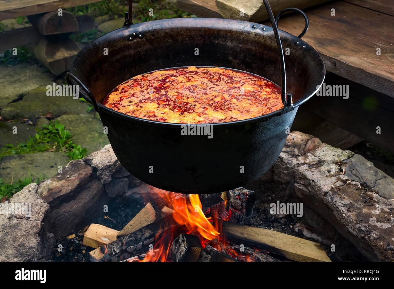traditionelle ungarische gulaschsuppe in kessel mahlzeit