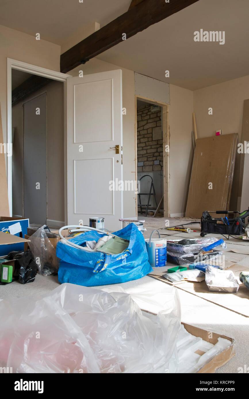 Einen unordentlichen in Arbeit apartment Makeover in einem Zeitraum Eigenschaft Stockbild