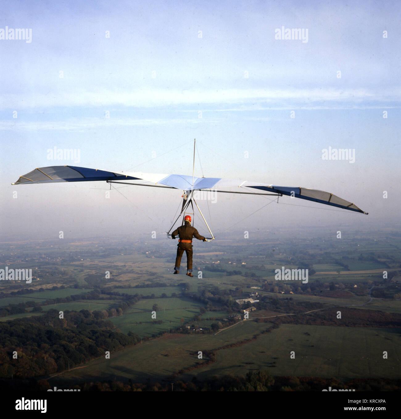 Drachenfliegen über die britische Landschaft. Datum: 1960 Stockbild