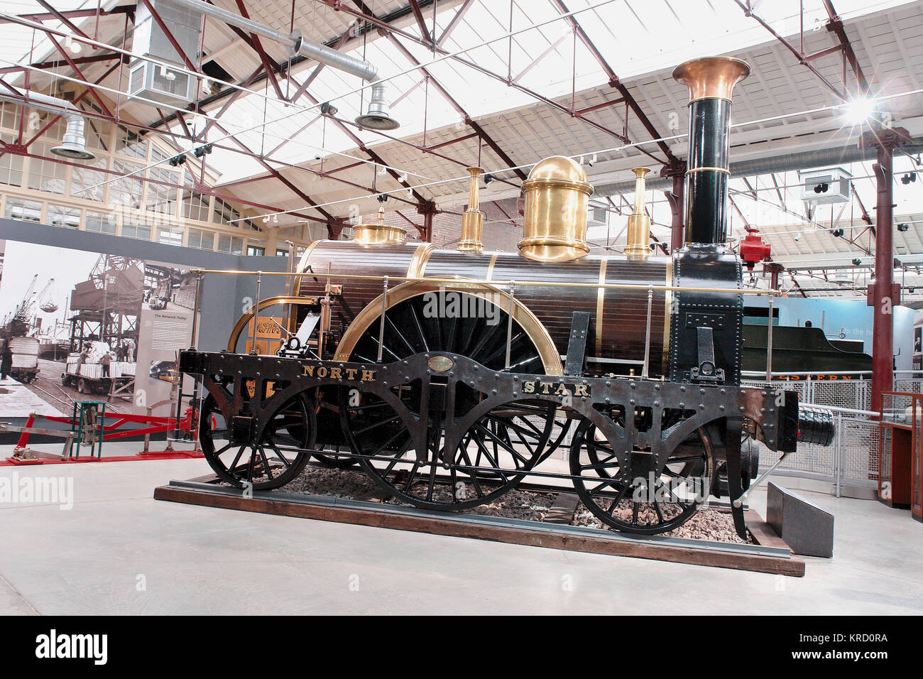 Ein Display um Isambard Kingdom Brunel in der Swindon Steam Railway Museum zentriert. Die North Star war einer der Stockbild
