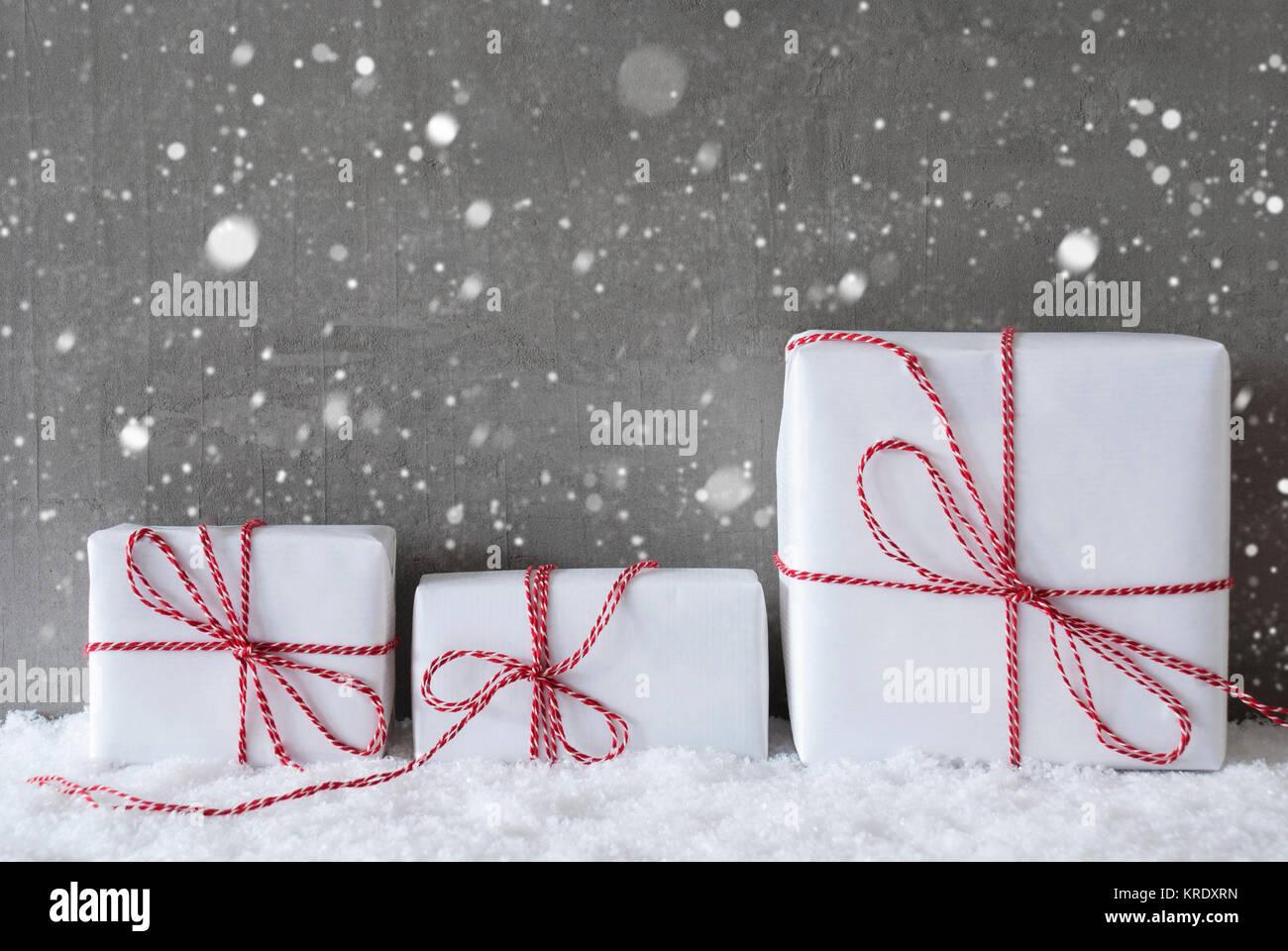 Drei Weihnachten Geschenke Oder Prasentiert Auf Schnee Zement Wand