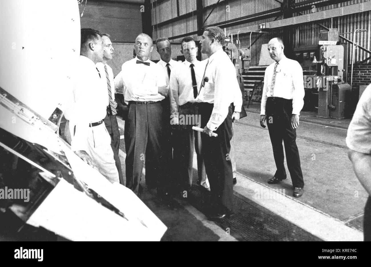 DR. WERNHER VON BRAUN MIT DEN SIEBEN URSPRÜNGLICHEN ASTRONAUTEN Von Braun mit Astronauten prüfen Mercury-Redstone LINKS -6975366 Stockfoto