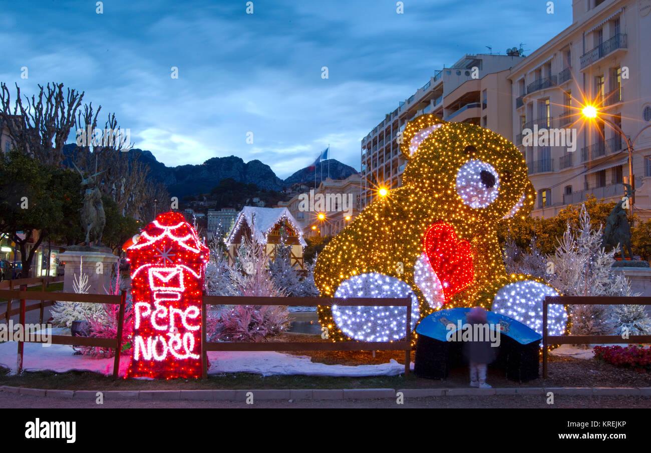 Menton, Frankreich - 19. Dezember 2017: weihnachtliche Atmosphäre am ...
