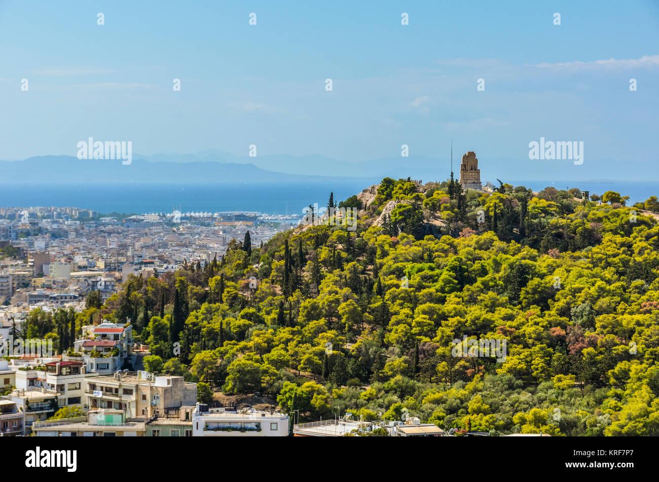 Blick auf das Denkmal Filopappos auf dem Hügel mit dem gleichen Namen die Stadt Athen und im Hintergrund erhalten Stockbild