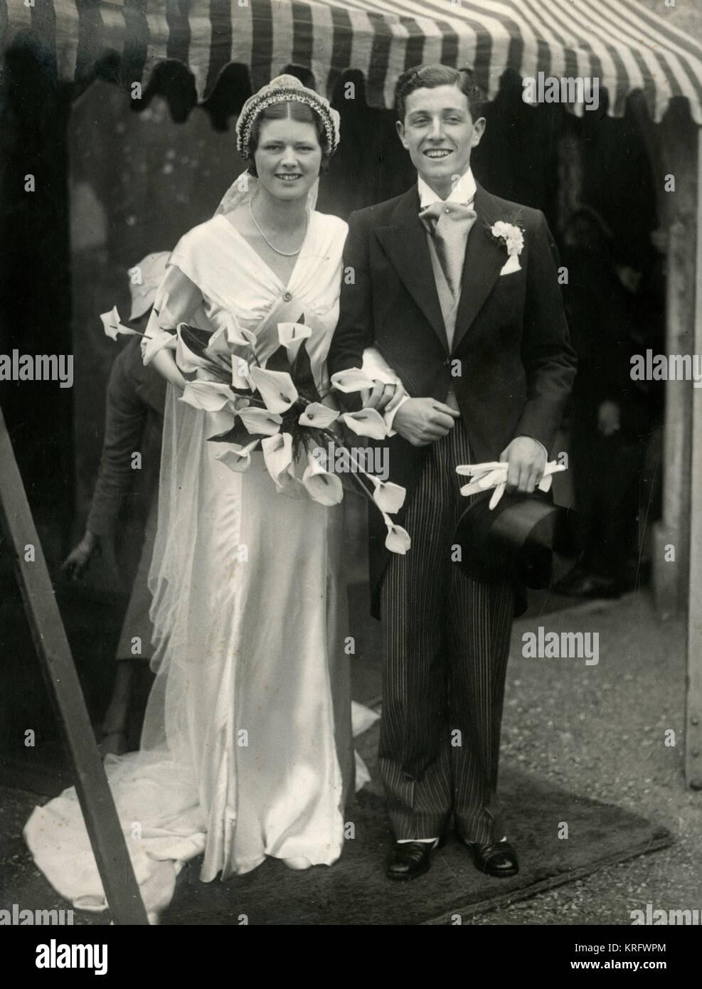 Braut Und Brautigam An Einem 1933 Hochzeit Er Tragt Einen Frack Und