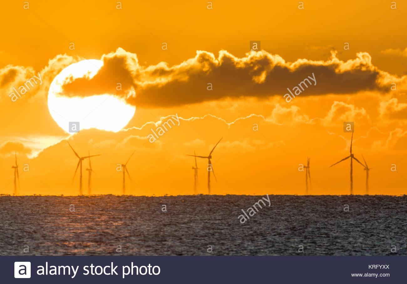Sonnenaufgang über dem Meer zeigt die Rapunzeln Windpark Turbinen im Meer vor der Südküste von England, Stockbild