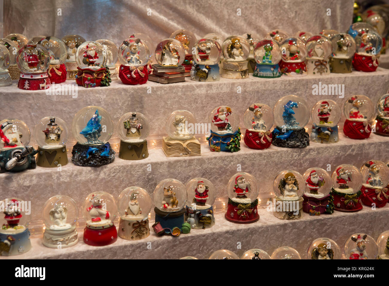 Weihnachten themed kleine Schneekugeln zu einem Stall verkauft ...