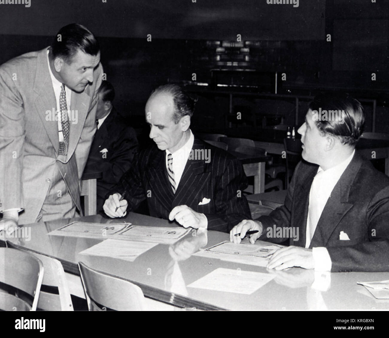 Unterzeichnung der Bürgerschaft Certificae, April 1955 (l und r) Martin Schilling, Ernst Stuhlinger, Dr. Wernher von Braun (MIX-DATEI) VonBraunCitizenship Stockfoto