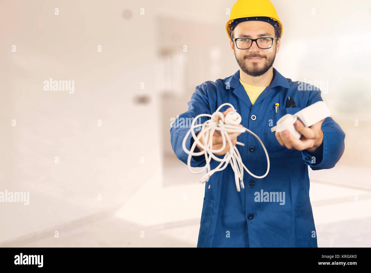 Elektriker mit Ausrüstung in Händen bereit zu arbeiten Stockbild