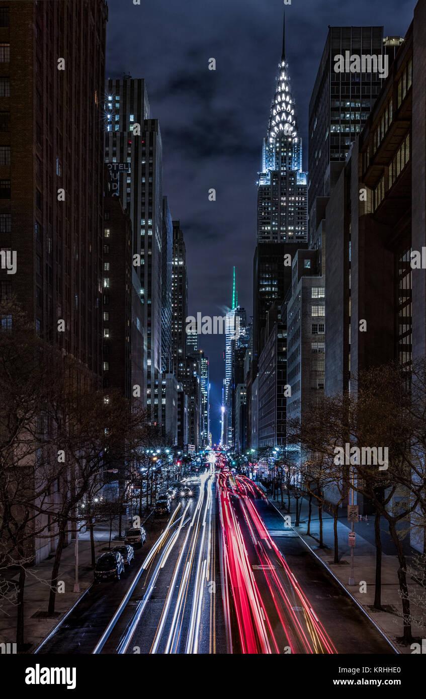 Manhattan Blick von Tudor Stadt Brücke mit Chrysler Building und Bank of America Tower in Schuß, New York Stockbild