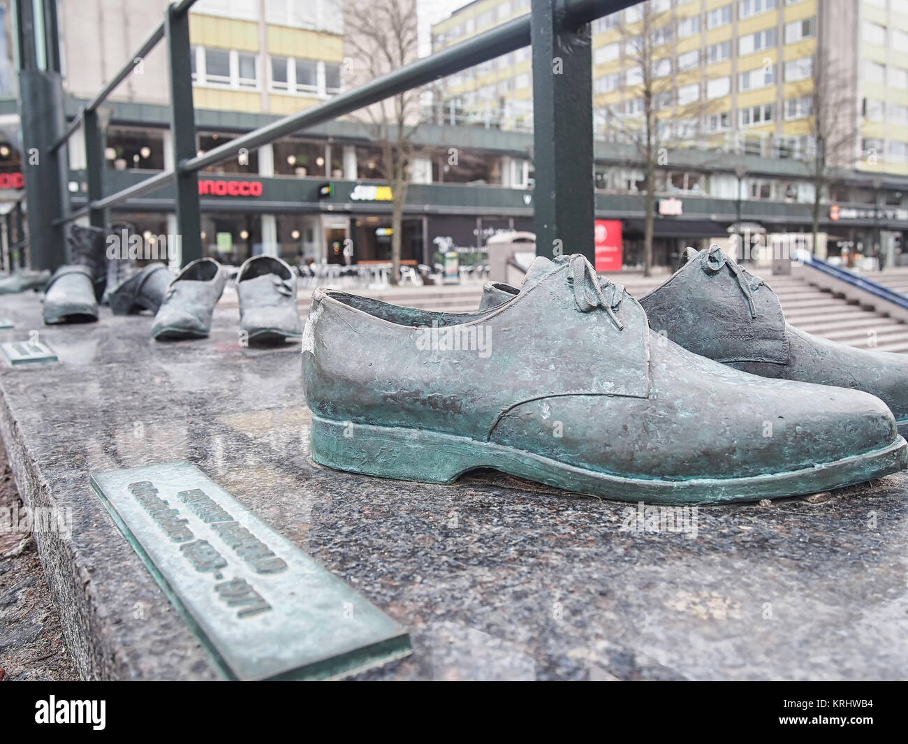 new concept 24df5 d9113 Bronze Skulptur Schuhe auf einer Brücke - Denkmal zu ...