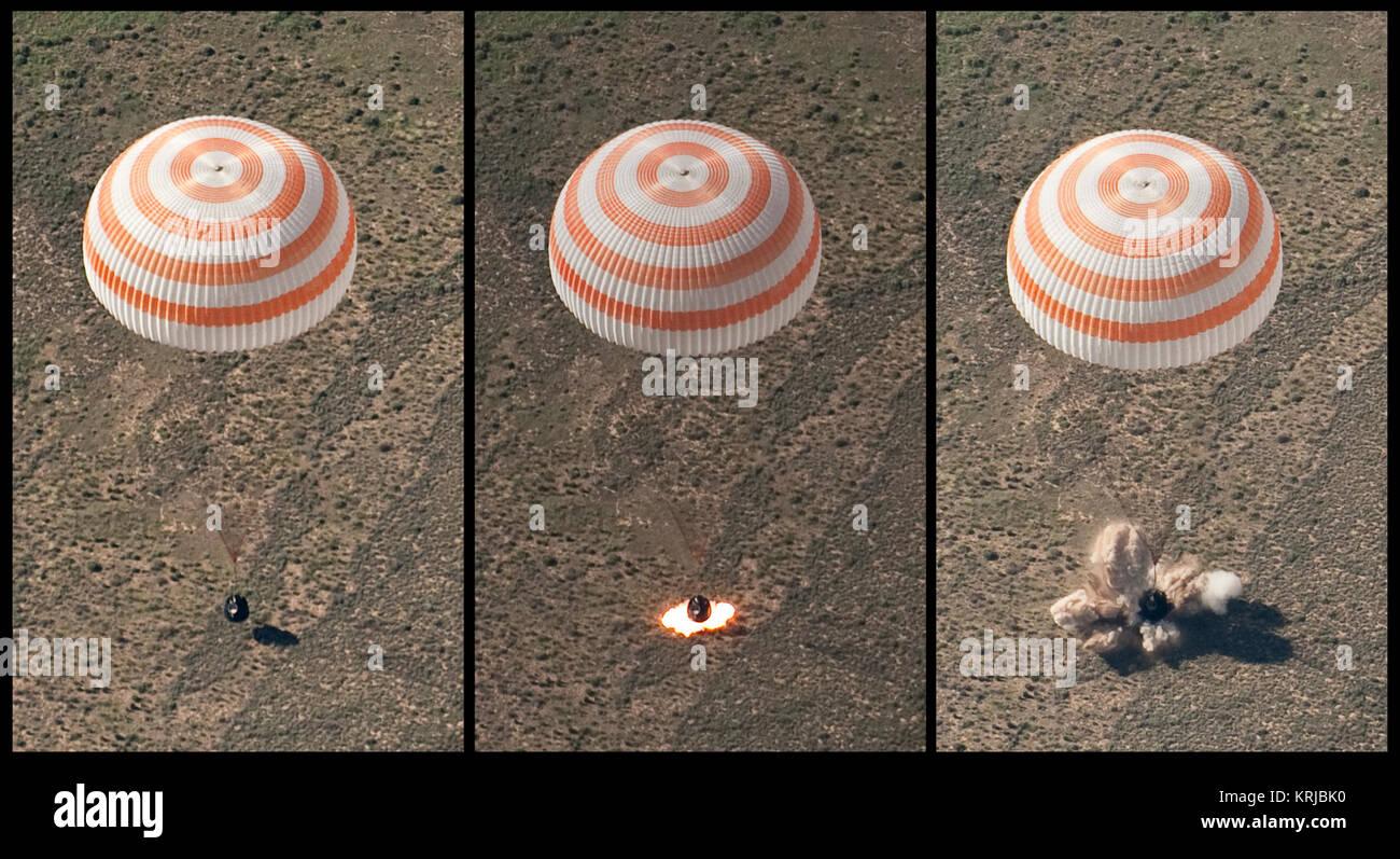 Diese Montage aus drei Frames Zeigt die Sojus TMA-17 Raumfahrzeug als es landet mit Expedition 23 Commander Oleg Stockbild