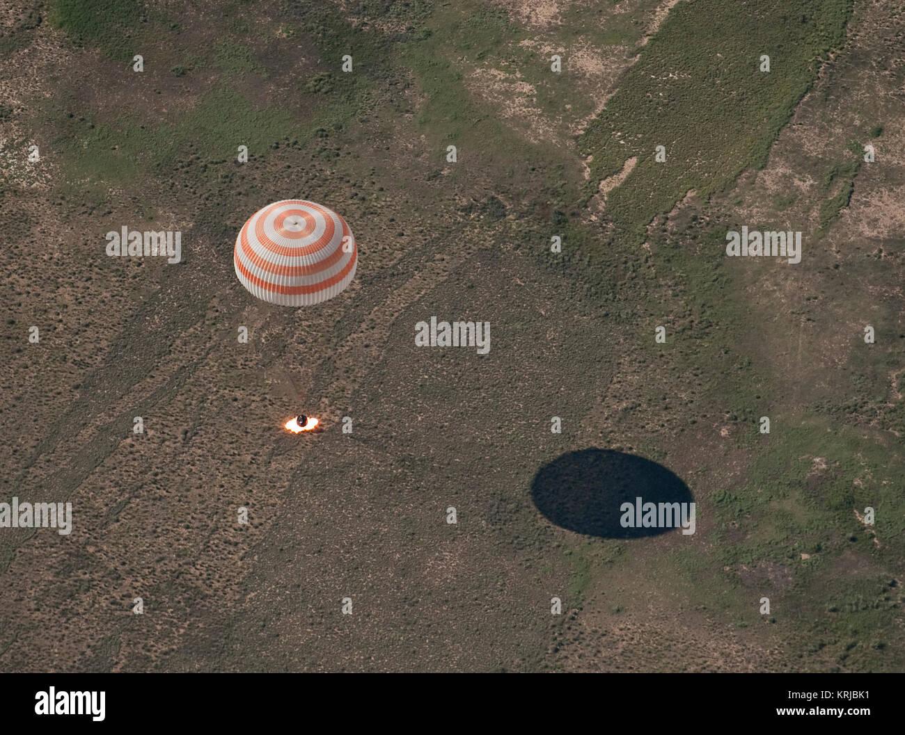 Die Sojus TMA-17 Raumschiff wird gesehen, wie es landet mit Expedition 23 Commander Oleg Kotov und Flugingenieure Stockbild
